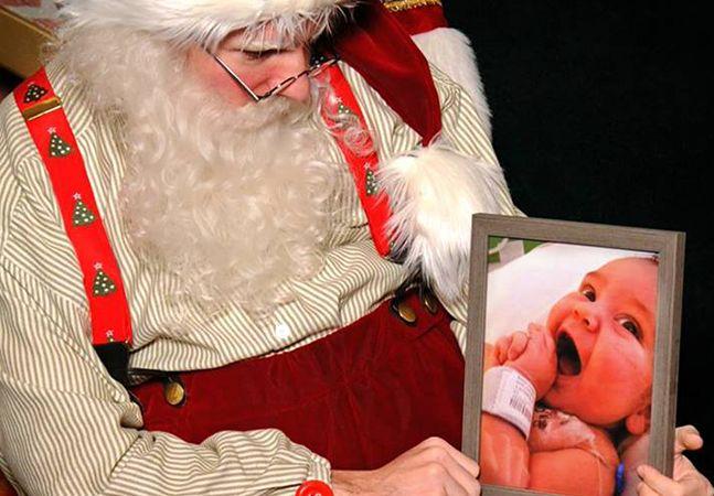 Caleb Ryan Sigmon é um jovem de apenas 22 anos que trabalha como Papai Noel em um shopping de Athens, nos EUA. Todos os dias nesse fim de ano, o rapaz recebe pedidos de diversas crianças que sentam em seu colo e tiram fotos exalando alegria. Certo dia, Caleb recebeu um pedido que não vinha de uma criança e também não era muito alegre. Um homem com uma foto de seu filho, que havia morrido ainda bebê, e lágrimas nos olhos pediu que Caleb tirasse uma foto com o retrato no colo, para que pudesse…