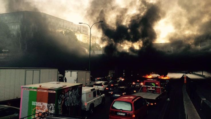 French #taxi drivers lock down Paris in huge anti-#Uber protest | #france