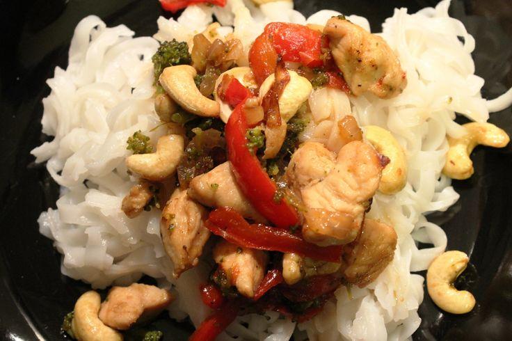 Κοτόπουλο με μπρόκολο, κόκκινη πιπεριά και κάσιους