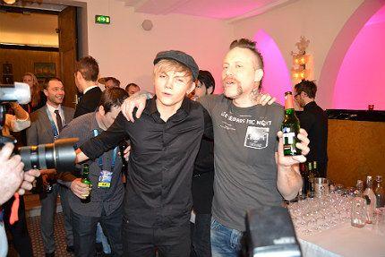 Ulrik Munther och Ralf Gyllenhammar på efterfest i Malmö