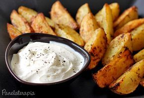 """Acho que essas são as batatas mais gostosas que comi na vida! E o melhor: são assadas! O molhinho é necessário porque as minhas ficaram beeem picantes, então dá uma """"quebrada"""" no ardor,…"""