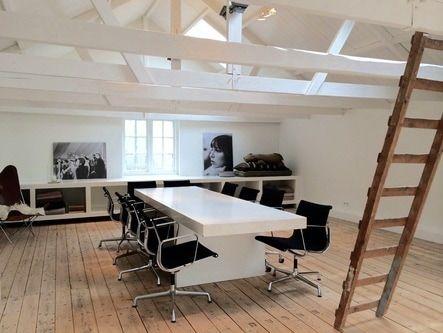 Vergadertafel boven met design Eames bureaustoelen.
