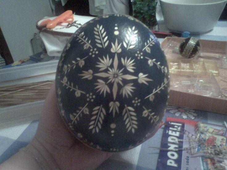 pštrosí vejce zdobené slámou..