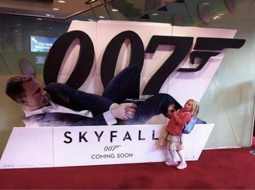 foto divertente bambina al cinema