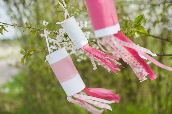 Kinder, bald ist Mai und die Hochzeitssaison hat schon ein bisschen Fahrt aufgenommen. Hand hoch, wer ist schon aufgeregt? Wer hat schon alles beisammen oder überlegt hektisch, was man in der Deko noch ergänzen oder optimieren könnte? Vielleicht hab ich da was für Euch, denn diese Windspiele aus Papier kann man äußert hübsch in Bäume …