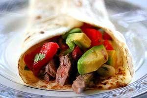 Буррито с говядиной,сальсой и авокадо