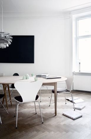 Love the wooden floor, mixes great with the Arne Jacobsen chairs series 7 and the Poul Henningsen PH Artichoke lamp
