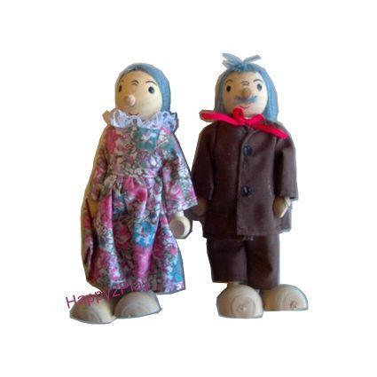 Opa en oma komen op bezoek in het poppenhuis. De armen en benen zijn te buigen, maar wees voorzichtig, opa en oma zijn ook de jongste niet meer!   Lengte 14 cm