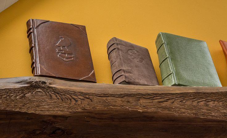 In seiner Buchbinderei zeigt Sven Langenkamp, wie ein komplettes Lederbuch in Handarbeit entsteht. Inspirierende Handwerkskunst ...
