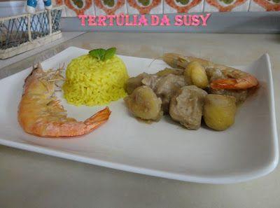 Estufado de porco preto, camarão e castanhas com arroz de caril e hortelã
