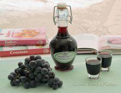 Il liquore di uva fragola fatto in casa è una delizia da non perdere,delicato nel gusto, leggermente speziato e soprattutto profumatissimo,perfetto da bere in ogni occasione