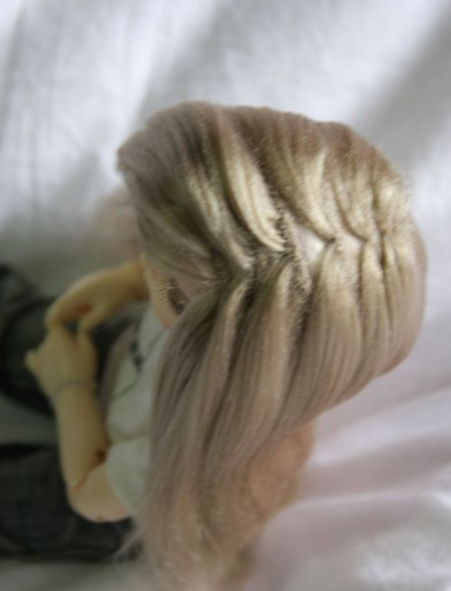 Amazing tutorial for making yarn wigs for dolls.