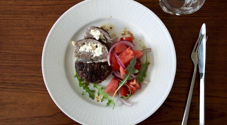 Recept på Fetaostfyllda köttfärsbiffar och melonsallad - Recepten.nu