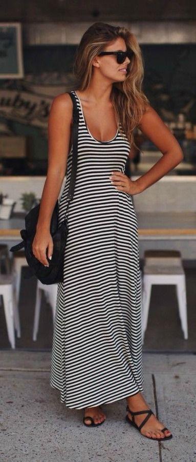 Comprar ropa de este look: https://es.lookastic.com/moda-mujer/looks/vestido-largo-negro-y-blanco-sandalias-de-dedo-negras-bolso-bandolera-negro-gafas-de-sol-negras/11782 — Gafas de Sol Negras — Bolso Bandolera de Cuero Negro — Vestido Largo de Rayas Horizontales Negro y Blanco — Sandalias de Dedo de Cuero Negras