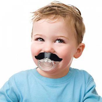 Rolig napp med en stor svart mustasch som lockar till skratt.