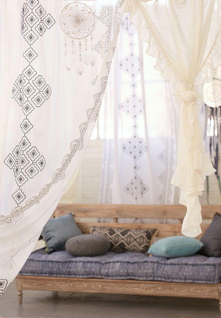 Тюль для зала и спальни: традиционное убранство окон и современные идеи дизайна, 50+ впечатляющих фото http://happymodern.ru/tyul-dlya-zala-i-spalni-35-foto-izyashhnoe-ukrashenie-komnaty/ Этнический рисунок на тюле - самое то для стиля бохо!