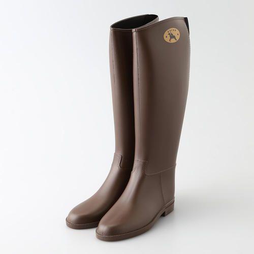 1964年創立のイスラエルのラバーブーツブランド<ダフナ>から、レイニーシーズンを楽しく彩るブーツをご紹介。シンプルでスタイリッシュなフォルムが魅力のブーツは、履き口が斜めにカットされており、脚をスタイル良く魅せてくれます。また、履き口の後ろ側がゴム仕様になっており、脱ぎ履きしやすい工夫が施されています。ファッショナブルなレインブーツで、雨の日ならではのファッションをお楽しみください。