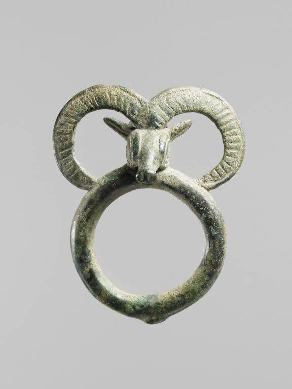 Anneau de harnachement orné d'une tête de mouflon.  Début du Ier millénaire - Luristan | Site officiel du musée du Louvre