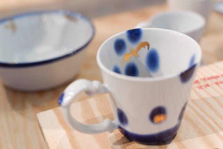 """Věděli jste, že dekor ovlivňuje proces vzniku porcelánu a keramiky od samotného začátku? Jeho výroba závisí na výběru použité technologie - od klasické, přes alternativní až po tu experimentální. Současné tvorbě a používaným dekorům se věnuje výstava v GALERII CZECHDESIGN. Je na co se dívat, protože """"porcelán nabízí tolik možností, že je to vlastně potěšení pro několik životů,"""" jak říká jedna z vystavovatelek. Přečtěte si rozhovor a přijďte se nechat okouzlit."""