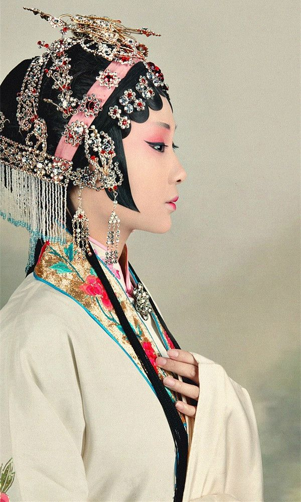 Avery Verhagen- I chose this pin because the Chinese like to wear all these fancy outfits.   Chinese Fashion❤️