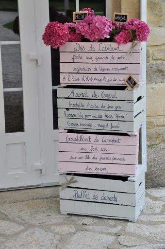 Menu sur caisses en bois mariage chic et champêtre gris et rose