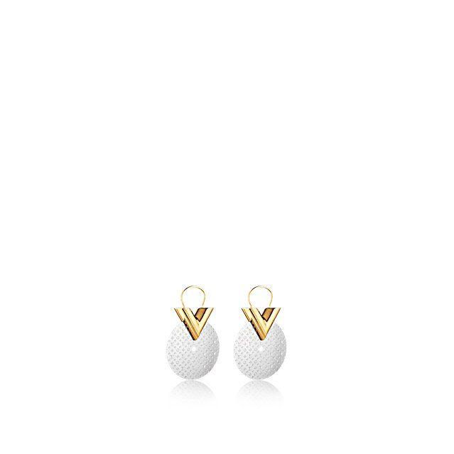 Entdecken Sie Essential V Ohrringe Gong BB  Diese Must-have-Ohrringe in BB-Größe vereinen die konische V-Signatur des Hauses Louis Vuitton mit einem Metallgong mit Monogram Gravur und sich abhebendem Palladium-Finish. Ein grafisches Accessoire, das sich für einen ausgesprochen individuellen Look perfekt kombinieren lässt.