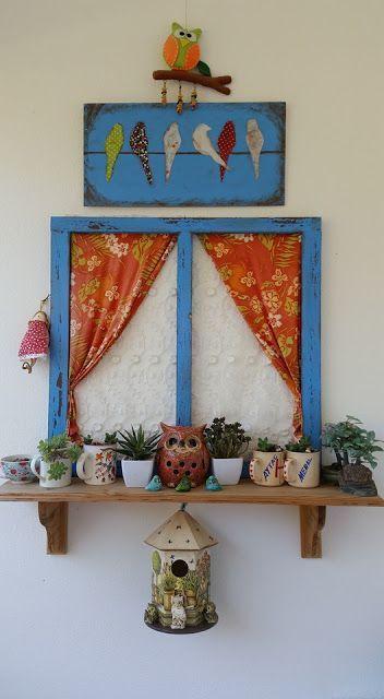 Eski ahşap pencerelerden bahçe  