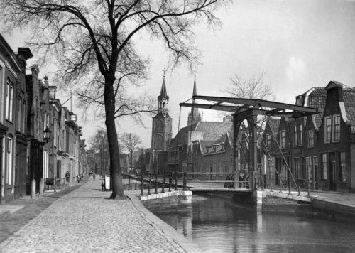 Ophaalbrug bij de Nieuwehaven in Gouda, vóór de demping van de gracht in 1939-1940.