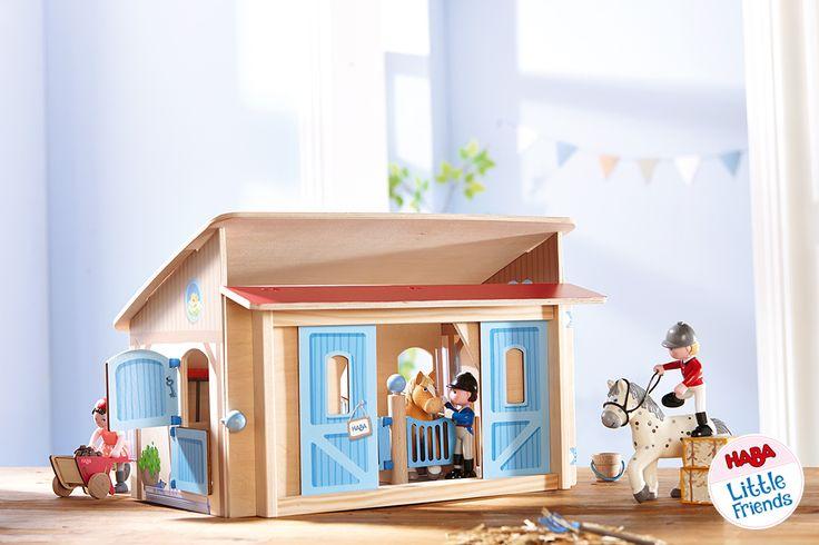 Der Little Friends Pferdestall ist das Zuhause von Pippa, Kasper und Leopold. Die Pferde der Little Friends haben große gemütliche  Boxen und Platz für Reitzubehör ist natürlich auch reichlich vorhanden. Hier werden die Pferde so richtig verwöhnt und auf dem Reiterhof wird es garantiert nie langweilig! Little Friends – Pferdestall 302168