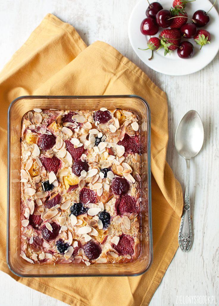 pieczona owsianka z owocami: pyszne i proste w przygotowaniu śniadanie. można modyfikować na 100 różnych sposobów. zdrowe śniadanie. bezglutenowe