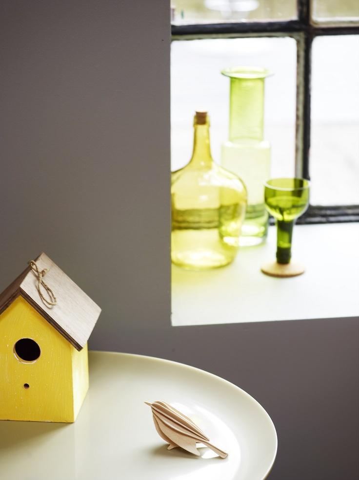Pared gris y botellas de cristal verde. ¡Nos encanta!  Color Jotun 1462