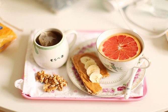 Crisp bread w peanut butter and sliced banana, grapefruit, walnuts, tea