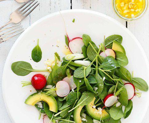 Spinat-Radieschen-Salat mit Zitronendressing