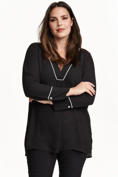 H&M+ Шифоновая блузка: Длинная блузка из креп-шифона с окантовкой контрастного цвета. На блузке треугольный вырез и длинные рукава с широкими манжетами и пуговицами с перламутровым блеском. По бокам разрезы, спинка немного удлиннена.