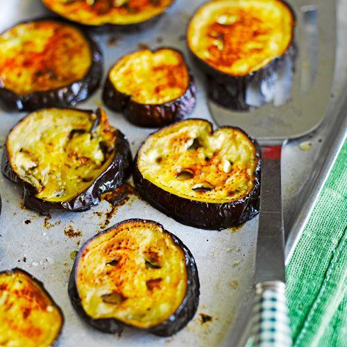 Op zoek naar een lekker en gezond bijgerecht? Dan kun je je zoektocht hier stoppen. Deze smaakvolle aubergine-plakken uit de oven zijn verslavend lekker en staan verrassend snel op tafel.    1. Verwarm de oven voor op 180 ºC.Snijd de...