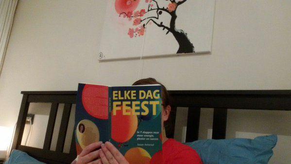 """Leuk hoor, een in bed lezende Tanja met #elkedagfeest. Zoals ze zegt zegt: """"om te lezen in de kerstvakantie"""". #susanamoraal #futurouitgevers"""
