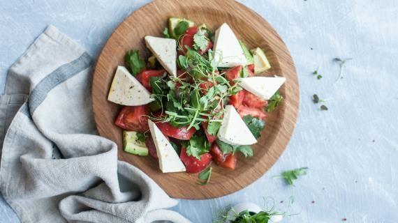 Салат из помидоров с адыгейским сыром. Пошаговый рецепт с фото на Gastronom.ru