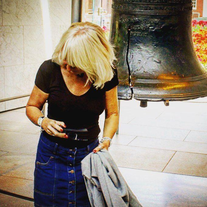 Giuro! Era già rotta;) #libertybell #philly #philadelphia #ottobre2017 #casalingabionda #hairblonde #capellibiondi #capellibiondissimi #gite#campanadellalibertà #campanadellalibertaphiladelphia#