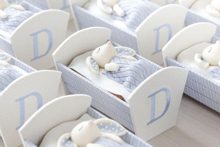 Lembrancinhas: cupcakes perfeitos da Piece of Cake em um bercinho com um coelhinho muito delicado, nos tons de azul e branco, feito peloAtelier Jeniffer Bresser.