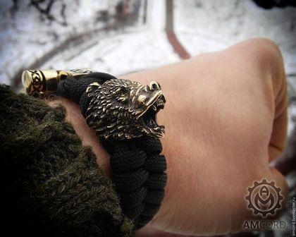 Купить или заказать Медведь - браслет из паракорда в интернет-магазине на Ярмарке Мастеров. Браслет из паракорда с бусиной 'Медведь' и замком 'Орепей'. Медведь - самый почитаемый славянский зверь. Недаром русских людей до сих пор сравнивают с медведями. По поверью медведь был воплощением бога Велеса, очень древнего бога, образ которого сохранился со времен каменного века. Изображения медведей можно найти и на стенах пещер первобытного человека и на гербах многих городов.