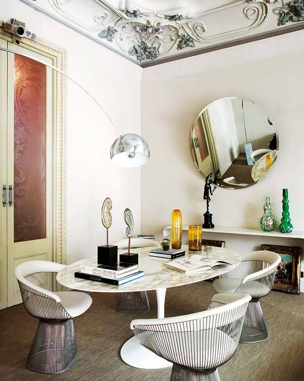 I bet it's hard to keep from staring at the #crownmolding instead of engaging in dinner conversation in this #barcelona apartment
