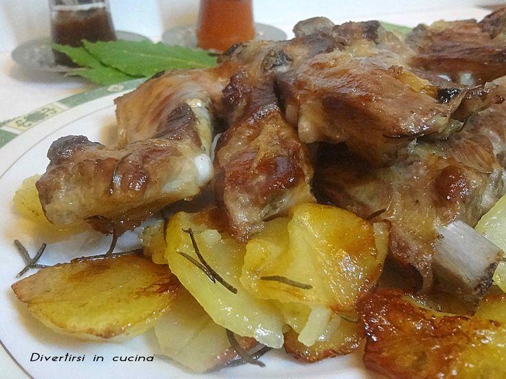 Le costine di maiale al forno con patate sono un secondo piatto facile da preparare. Sono un piatto gustoso e ottimo in ogni occasione.