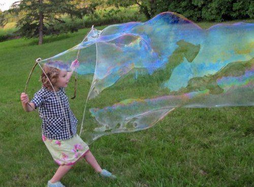 Как надуть большие мыльные пузыри