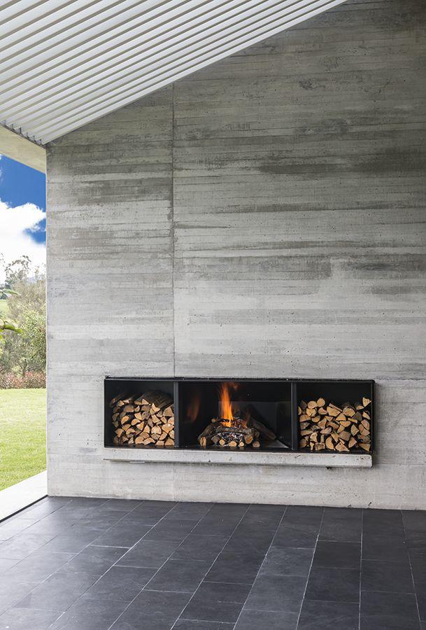 Los arquitectos aprovecharon el tradicional techo a dos aguas para crear un interesante manejo de cielorrasos y alturas en el interior de esta casa.