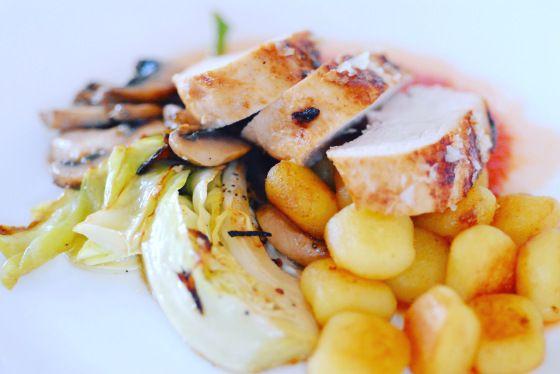 Kycklingfilé med gnocchi, stekt spetskål och vitlöksfrästa champinjoner | 3 kockar 7 kids
