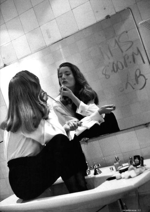 Composition: homme de dos, féminité dans le miroir. Rien à foutre, assis dans le lavabo | Lucie de la Falaise, Harper's Bazaar Germany, 1990