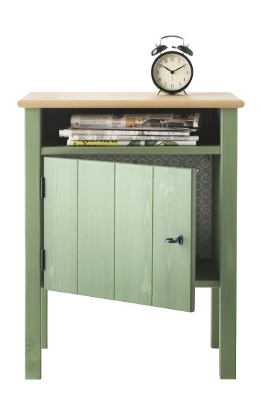 The mix of knotty pine and green on the HURDAL nightstand brings rustic charm to the bedroom. The door can be hung to open to the right or left, so it works on both sides of the bed.