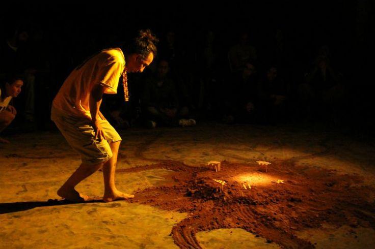 """O Teatro Girandolá fará duas apresentações gratuitas do seu espetáculo """"Ara Pyau – Liturgia Para o Povo Invisível"""", nas cidades de Franco da Rocha e Francisco Morato, neste mês de abril."""