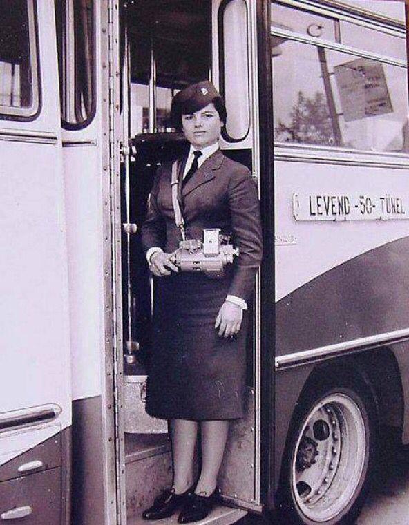 Levent-Tünel otobüsü ve kadın biletçisi (1960'lı yıllar?)
