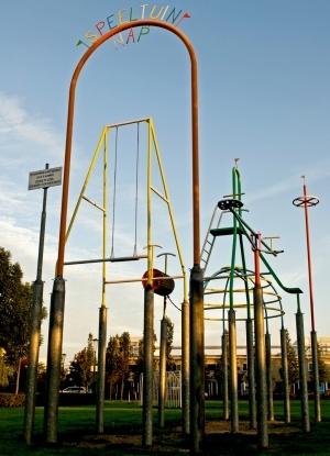 Metalen kunstwerk bestaande uit zes speeltoestellen die op 2,60 meter hoge palen staan, op de hoogte van het N.A.P. (Normaal Amsterdams Peil). Bedoeld als bewustwording dat we hier onder  zeeniveau leven. Gelegen in Parkje Zuidwijk bij de Charlotte Köhlertuin naast de centrale fiets- en wandelroute.